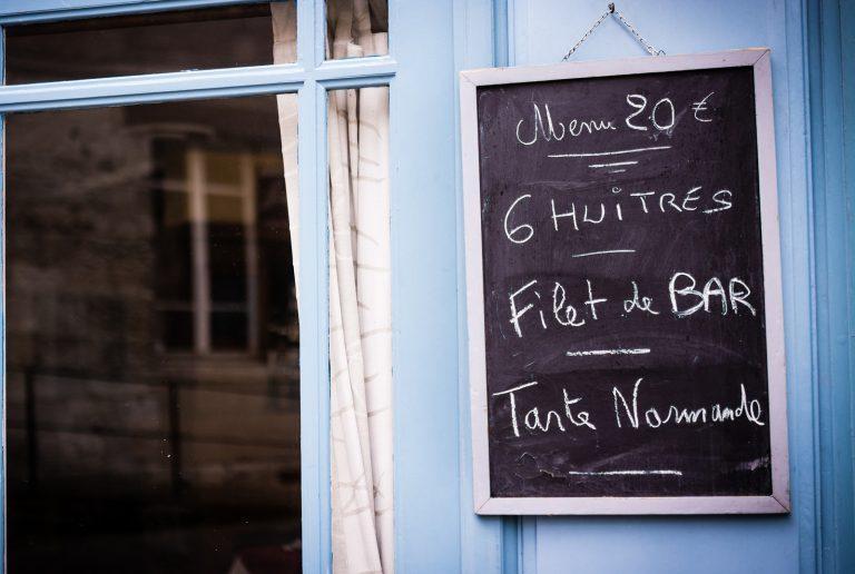 Speisekarte Empfehlungen auf Tafel mit Kreide geschrieben