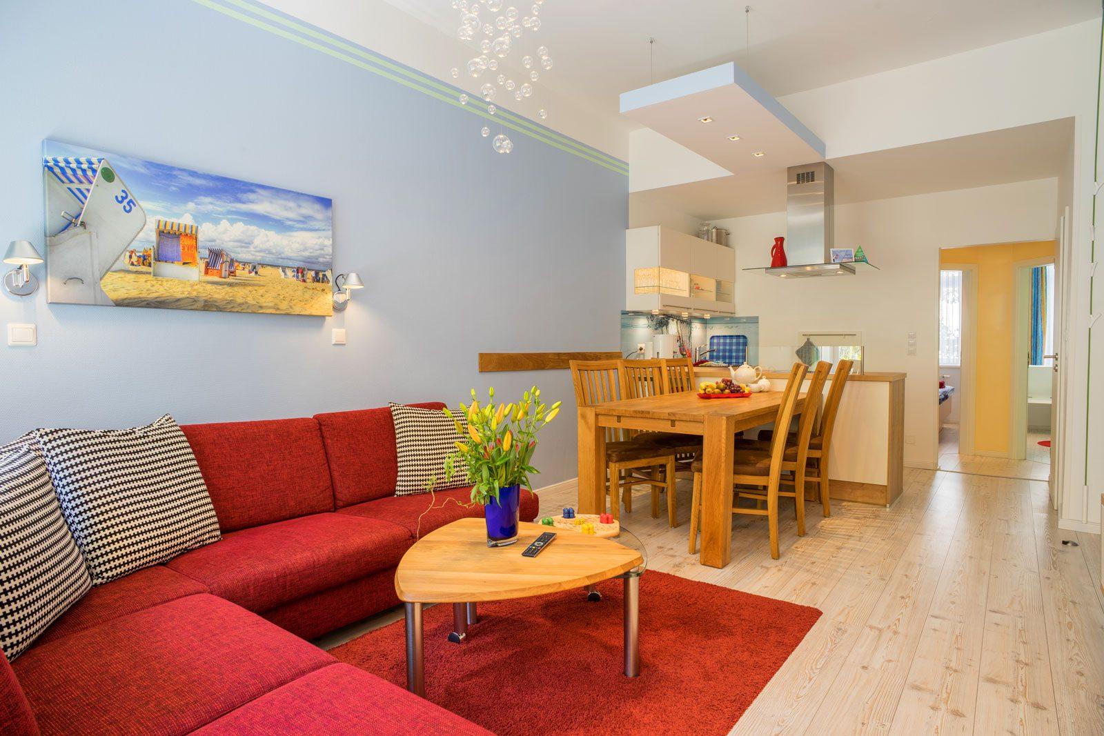 Apartment Achterdeck, Wohnzimmer mit Blick auf Esstisch, Kueche und Schlafzimmer