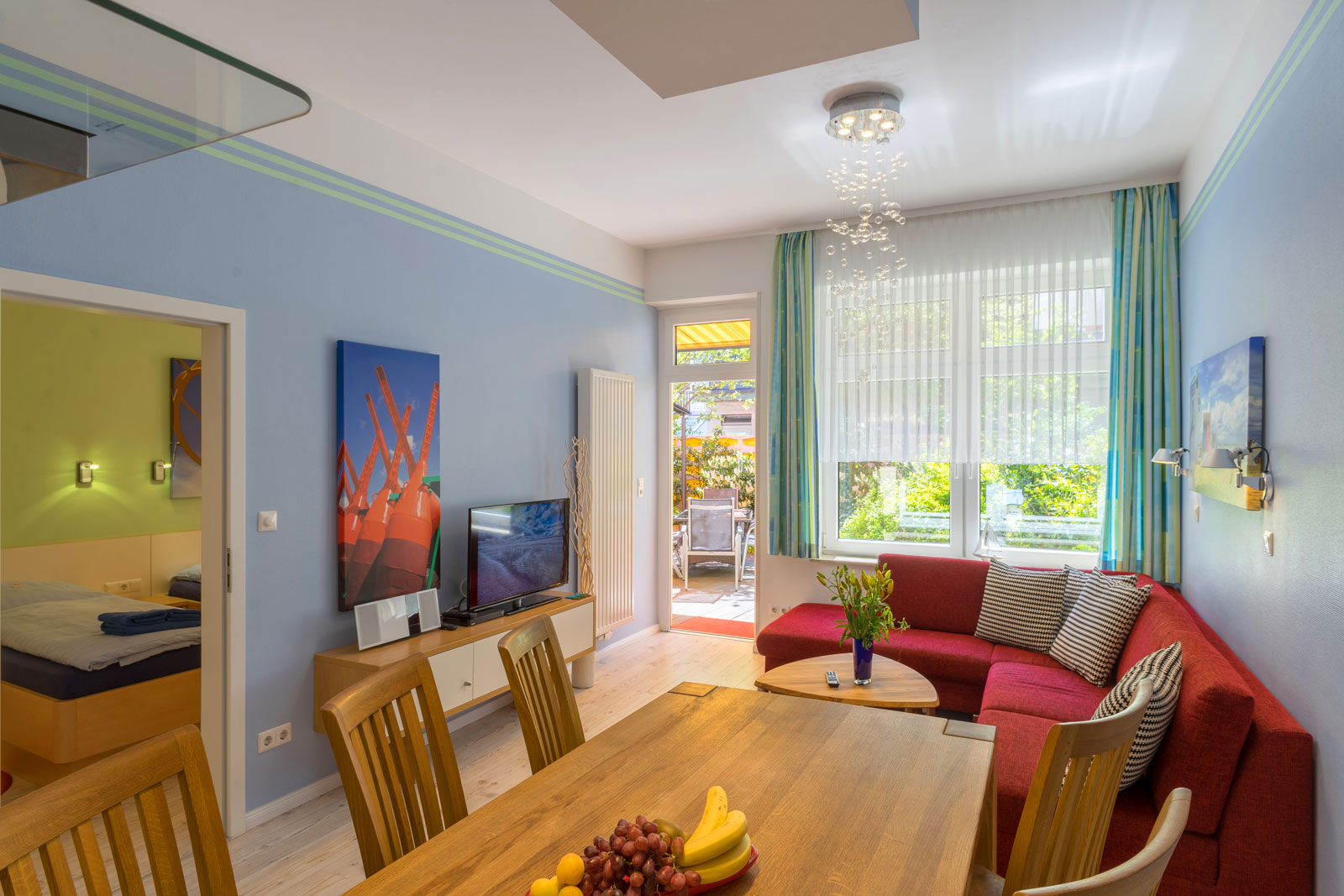 Apartment Achterdeck, Wohnzimmer mit Blick auf Schlafzimmer und Terrasse