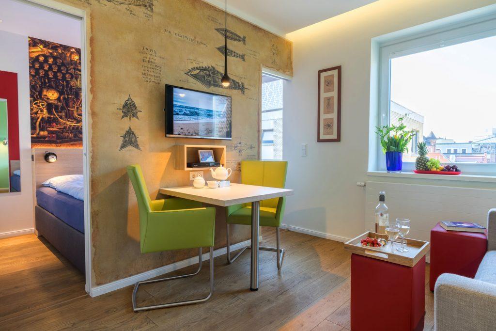Wohnzimmer Apartment Nautilus, Esstisch mit zwei Stuehlen