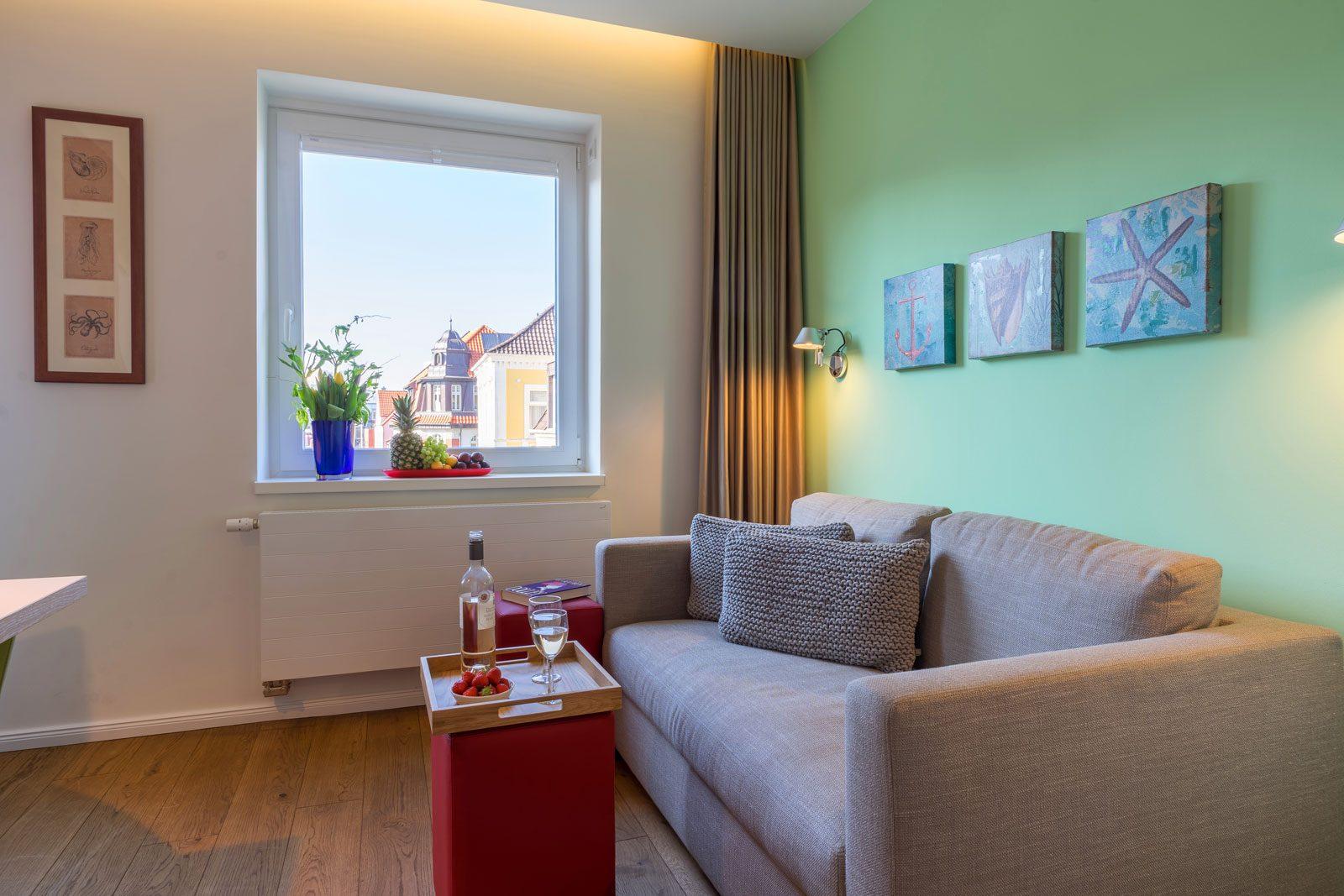 Couch mit Beistelltisch, Wein und Erdbeeren, Apartment Nautilus