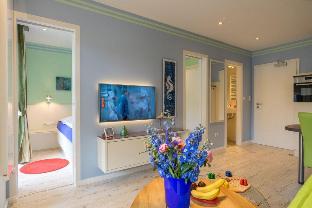 Wohnraum Apartment Steuerbord mit Blick in Schlafzimmer und Bad