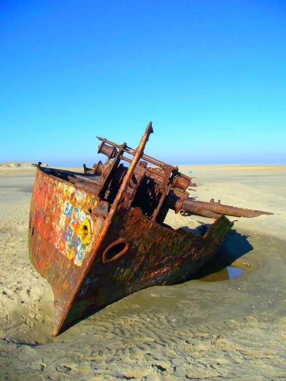 Wrack, halb im Sand versunken