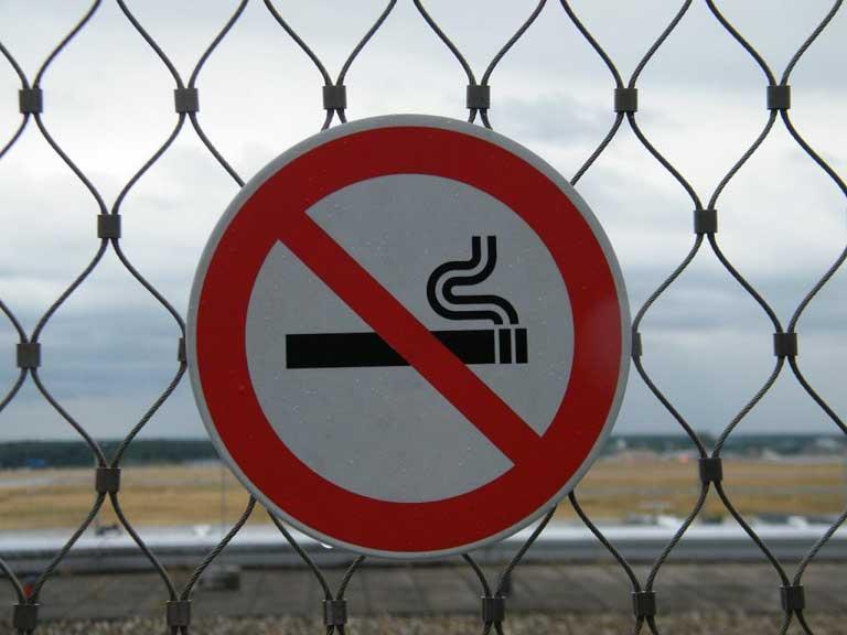 Nichtraucherschild am Zaun